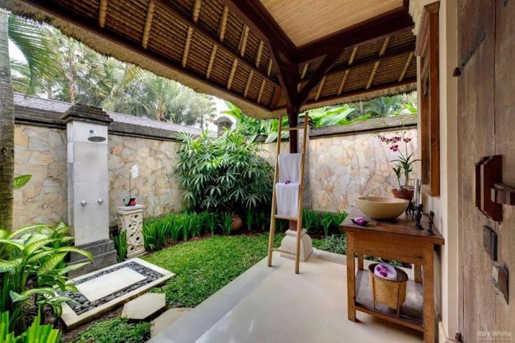Летен душ в двора и градината